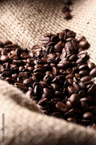 Foto op Canvas Klaprozen Coffee beans on cloth sack
