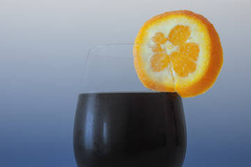 Copo de sumo gelado com rodela de laranja
