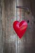 Ein rotes Herz aus Blech