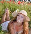 Junge Frau genießt Sommer