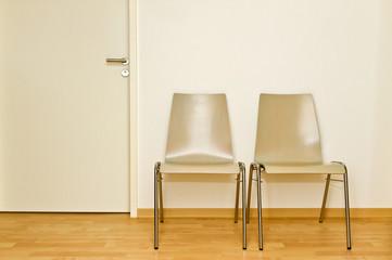 Stühle und Tür