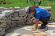 Verlegen von Natursteinplatten, Hochbeet