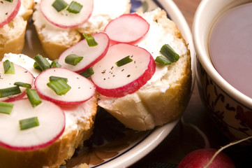Sandwich with cheese, radish and chive - Healthy Eating