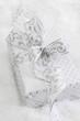 Ein weihnachtlich verpacktes Geschenk in Silber