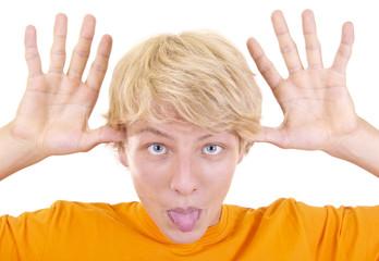 Teenager mit Händen am Gesicht und Zunge raus