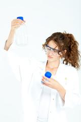 Junge Laborantin mit Proben
