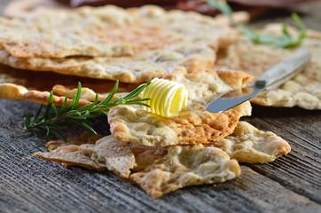 Original Südtiroler Schüttelbrot mit Butterröllchen