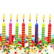 Brennende Geburtstagskerzen auf Torte Luftschlangen