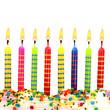 Brennende Geburtstagskerzen auf Torte