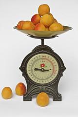 Küchenwaage mit  Früchten
