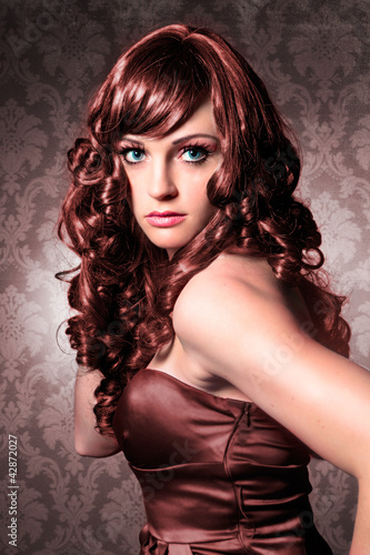 elegante Lady mit braunem lockigem Haar / haircolors-15