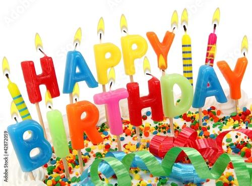 Brennende Happy Birthday Kerzen auf Torte
