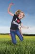 Mädchen springt in der Natur