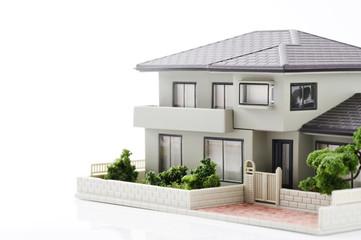 白背景に家の模型のクローズアップ