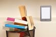 eBook vs Bücher, e-Reader in einem leeren Bücherregal