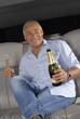 Señor turista bebiendo champagne en una limosina,en un auto.