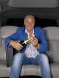 Señor celebrando negocios en un auto.