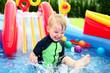Das Kind badet im Schwimmbad