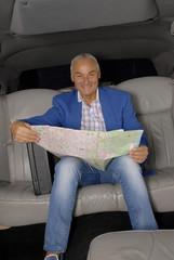 Hombre de negocios y turismo sujetando un mapa.