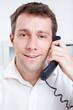 Zufriedener Mann telefoniert