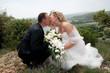 couple de mariés heureux qui s'embrassent