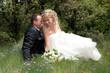 moment de tendresse entre deux jeunes mariés