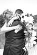 jeunes mariés amoureux en noir et blanc