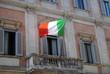 Bandera italiana en un balcón de Roma