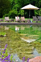 Frau geniesst die Ruhe am Teich
