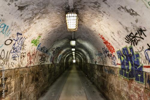 Leinwanddruck Bild graffiti  grunge tunnel