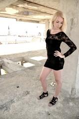 Sexy femme blonde en robe noire