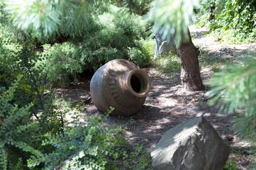 Ландшафтный дизайн - старинный кувшин в парке