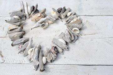 Sommer-Urlaub: Herz aus Strandgut