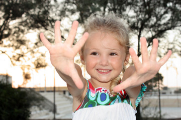 Bambina sorridente mani aperte