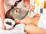 Clay facial mask in beauty spa. - 42914829