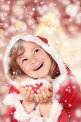 Kleine Miss Santa mit Schneeflocken
