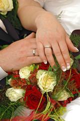 Brautpaar Hände mit Rosenblüten