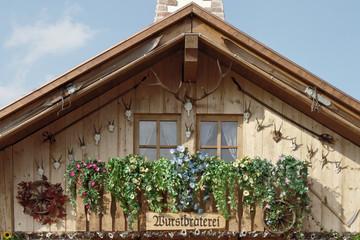 wurstbraterei in almhütte