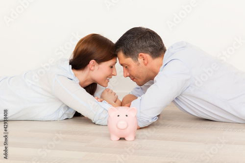 paar mit sparschwein