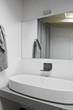 dettaglio del lavabo e rubinetto in un bagno moderno in mansarda