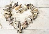 Herz aus Muscheln und Strandgut