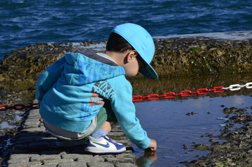 suyla oynayan çocuk