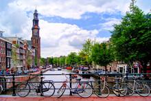 Fietsen langs een brug over de grachten van Amsterdam