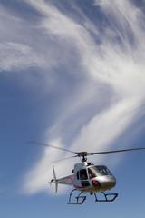Cielo blue con elicottero in volo