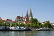 Regensburger Dom an der Donau mit Schiffen