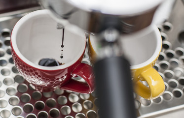 Espresso läuft in Tassen