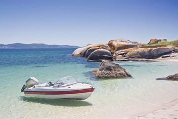 Embarcación en la isla de El Areoso, Illa de Arousa