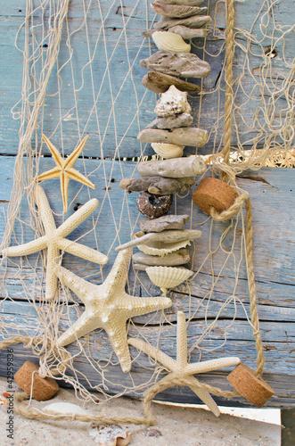 fischernetz mit strandgut seesternen und muscheln stockfotos und lizenzfreie bilder auf. Black Bedroom Furniture Sets. Home Design Ideas