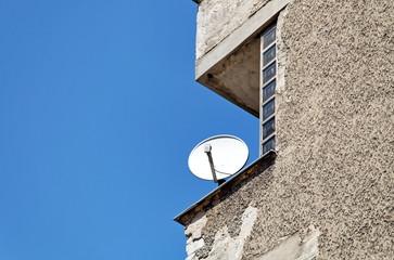 Balcon avec parabole. Ciment et ciel bleu.