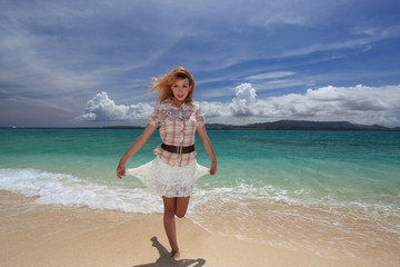 ビーチで遊ぶ笑顔の女性